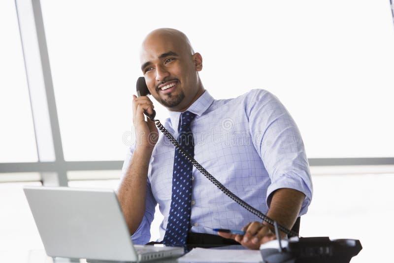 生意人电话联系 库存照片