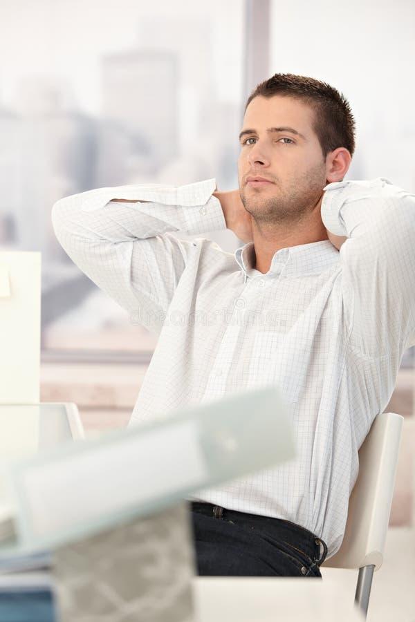 生意人疲倦的椅子放松 免版税图库摄影