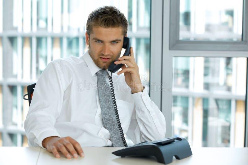 生意人白种人确信的纵向年轻人 免版税库存图片