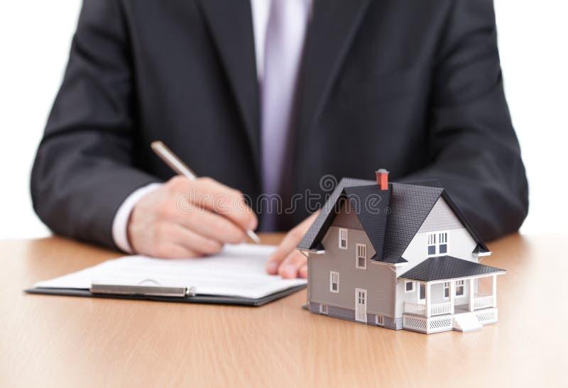 生意人签合同 免版税库存图片