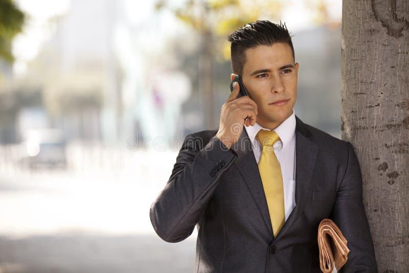 生意人联系在他的移动电话 库存图片