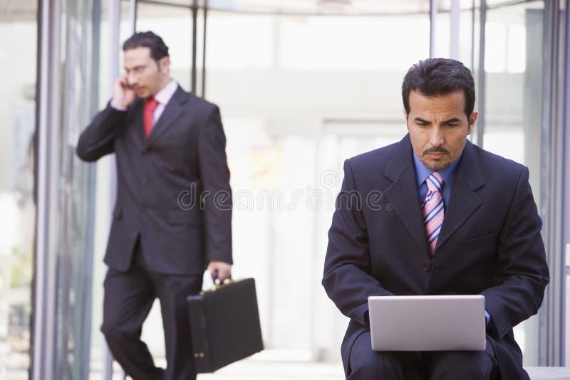 生意人膝上型计算机外部工作 库存照片