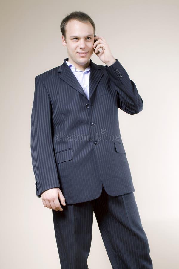 生意人英俊的电话满足的年轻人 库存照片