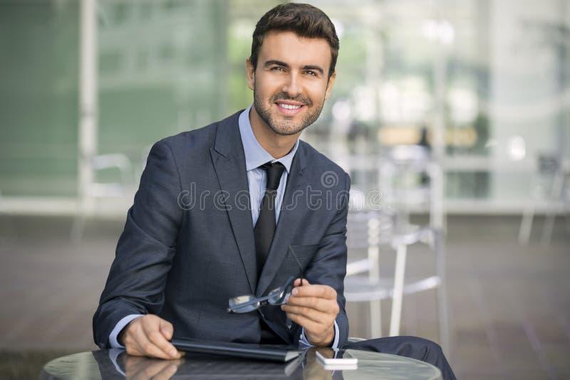 生意人英俊的纵向年轻人 免版税图库摄影
