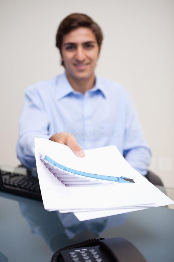Download 生意人被移交的统计数据 库存图片. 图片 包括有 户内, 椅子, 文书工作, 提供, 开会, 计算机, 几年 - 22350055