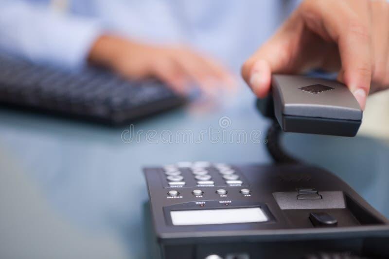 Download 生意人被结束的电话谈话 库存照片. 图片 包括有 销售人员, 工作场所, 里面, 商业, 白种人, 工作者 - 22350066