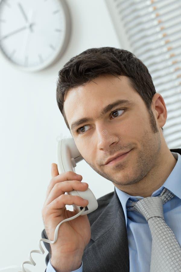 生意人输送路线电话联系的年轻人 免版税库存图片