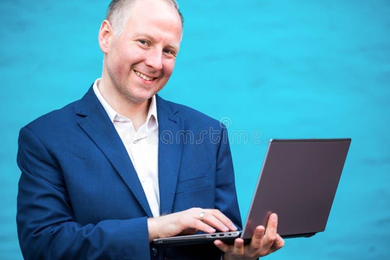 生意人他的膝上型计算机 免版税库存照片