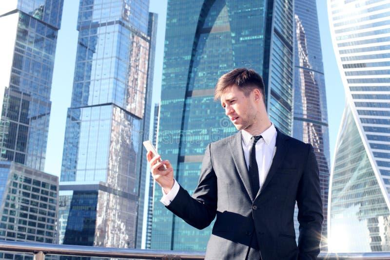 生意人smartphone使用 免版税库存图片