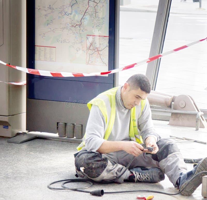 生成器正忙于修复电缆 免版税库存照片