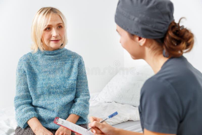 医生护士和老耐心妇女 免版税图库摄影