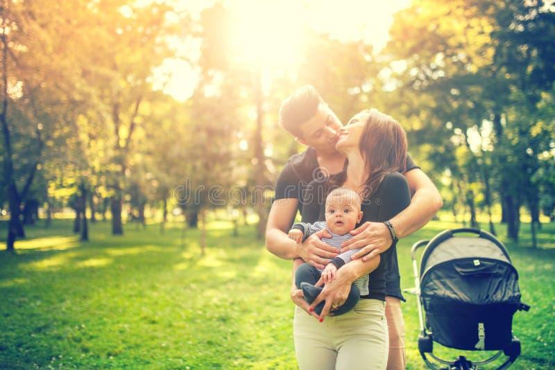 生拥抱母亲和举行精美新出生在胳膊 在家庭观念的幸福 免版税库存照片