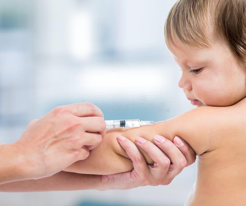 医生接种的婴孩 免版税库存照片