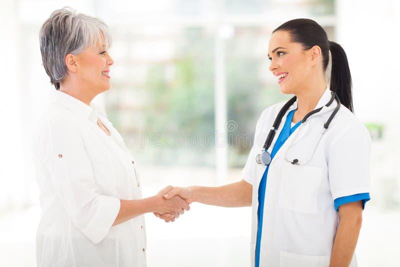 医生握手患者 图库摄影