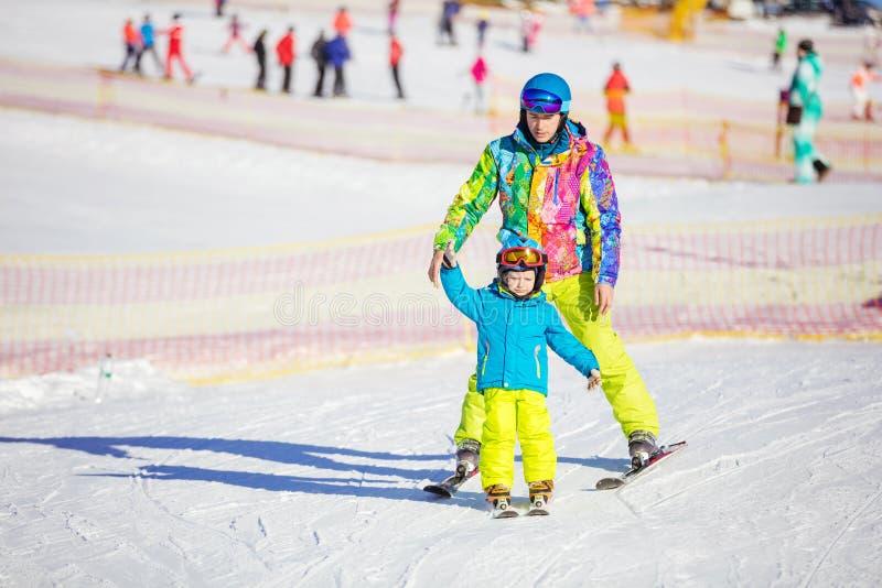 生教小男孩的ior辅导员滑雪 库存照片