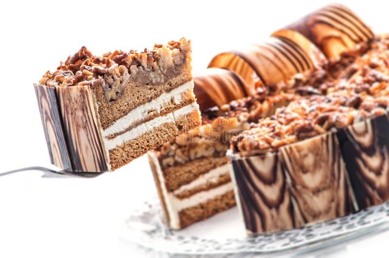 生日与坚果和巧克力装饰,奶油色蛋糕,法式蛋糕铺,商店的,甜点心摄影片断的巧克力蛋糕  免版税库存照片