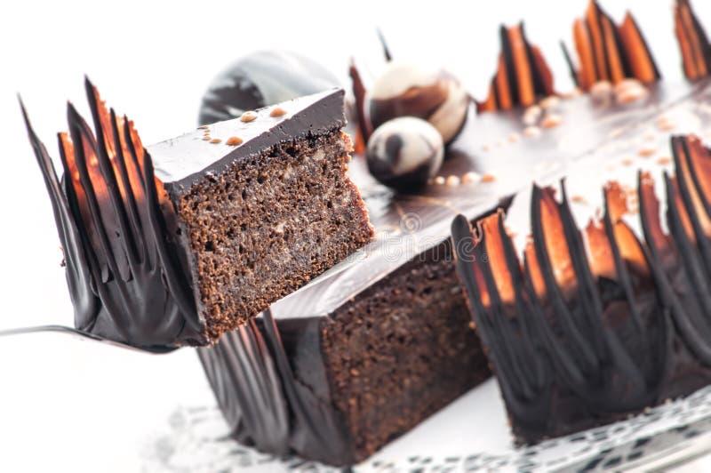 生日与巧克力球装饰,奶油色蛋糕,法式蛋糕铺,商店的,甜点心摄影片断的巧克力蛋糕  免版税库存图片