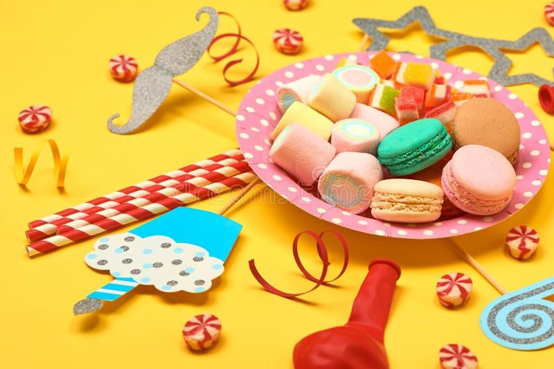 生日宴会背景设计观念:糖果、花冰淇淋、多福饼和饼干在白色木背景与拷贝s 免版税库存图片