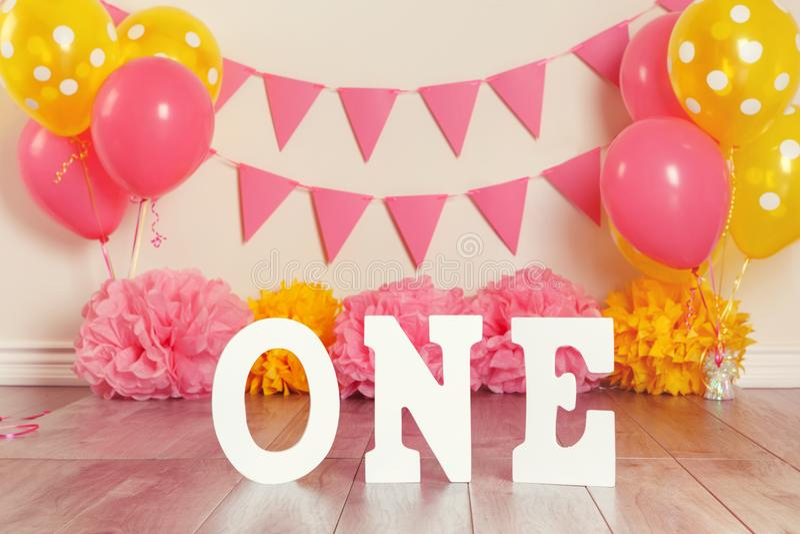 生日庆祝的欢乐背景装饰与说的信件一和桃红色红色黄色气球 免版税图库摄影