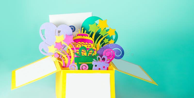 生日快乐手工造突然出现贺卡由纸制成 与3D giftbox纸形象的明亮的明信片与生日蛋糕的, 图库摄影