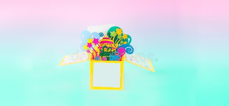 生日快乐手工造突然出现贺卡 与3D giftbox纸形象的明信片与生日蛋糕,礼物,气球的, 库存照片