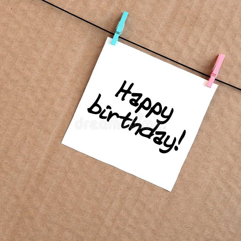 生日快乐!笔记在垂悬wi的一个白色贴纸被写 免版税库存图片
