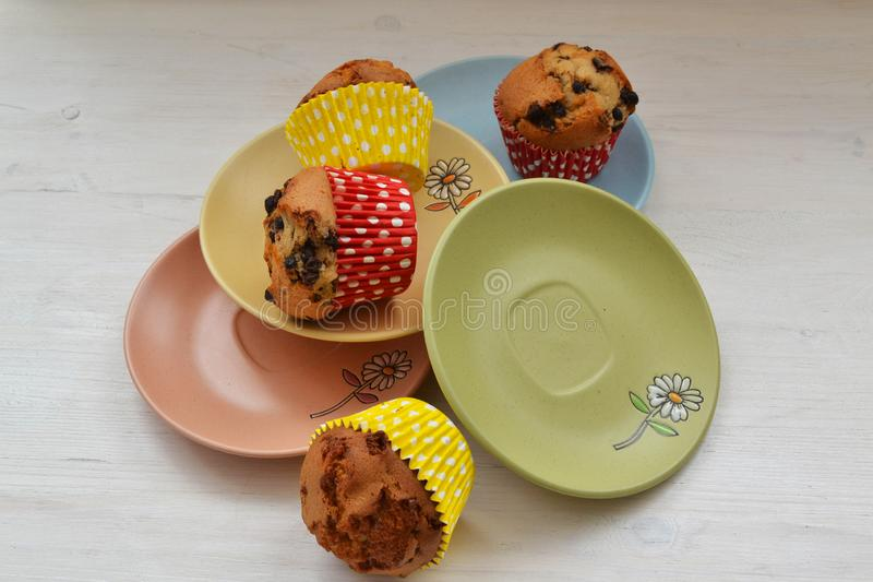 生日或党的五颜六色的杯形蛋糕在五颜六色的板材概念 免版税图库摄影