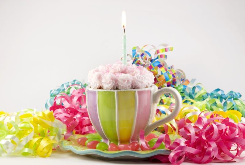 生日杯形蛋糕茶杯 免版税图库摄影