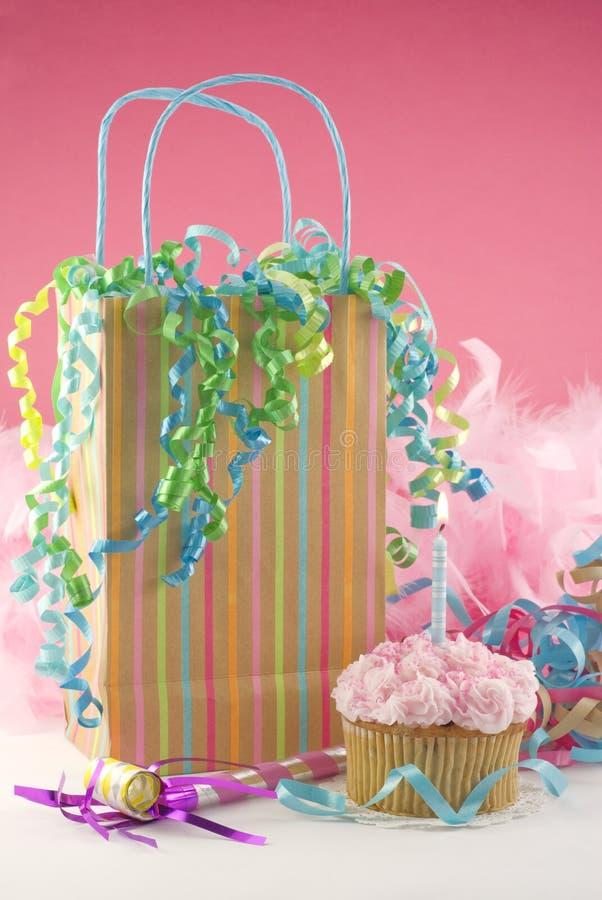 生日杯形蛋糕装饰当事人 免版税库存照片