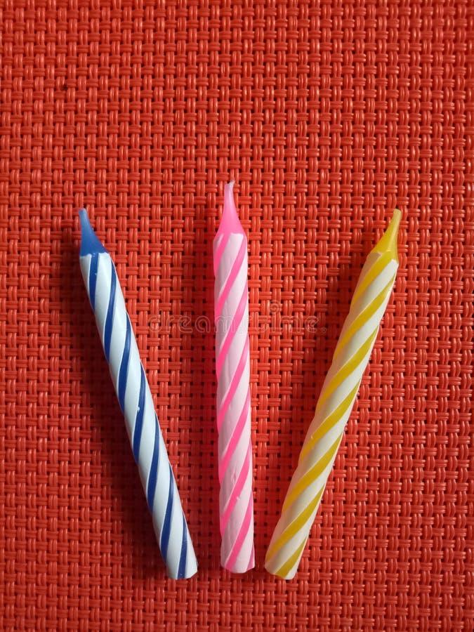 生日烛台五颜六色的条纹 免版税库存照片
