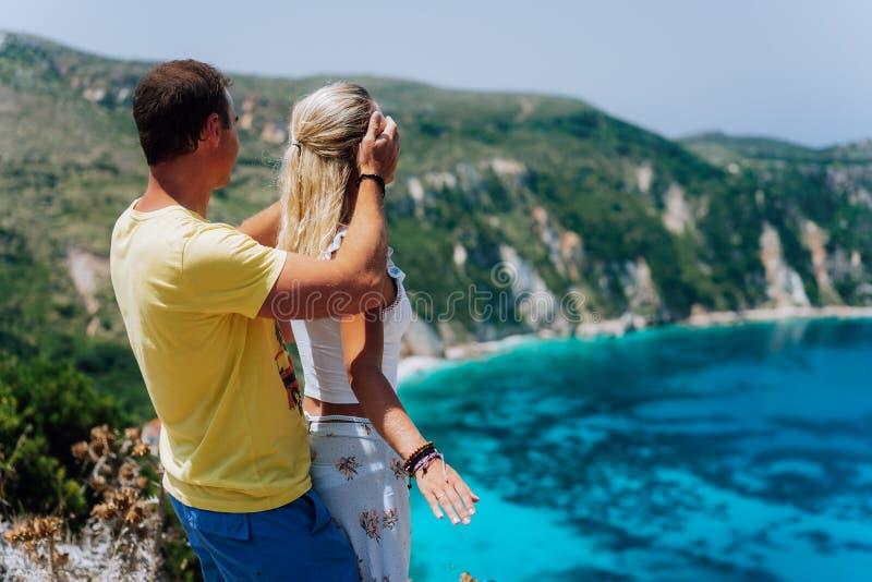 生日礼物 年轻人闭合值的hes女朋友在蓝色盐水湖前面华美的海景全景注视 呼吸新微笑 库存照片
