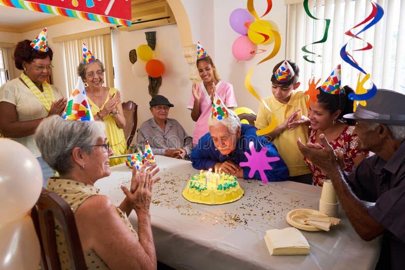 生日聚会庆祝的家庭聚会在养老院 免版税库存照片