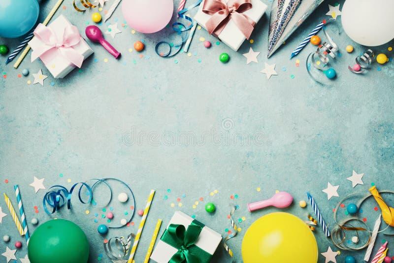 生日聚会横幅或背景与五颜六色的气球、礼物、狂欢节盖帽、五彩纸屑、糖果和飘带 平的位置样式 免版税图库摄影