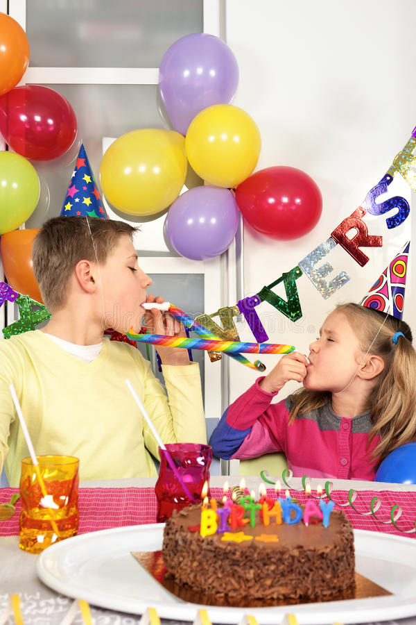 生日聚会的两个孩子 库存图片