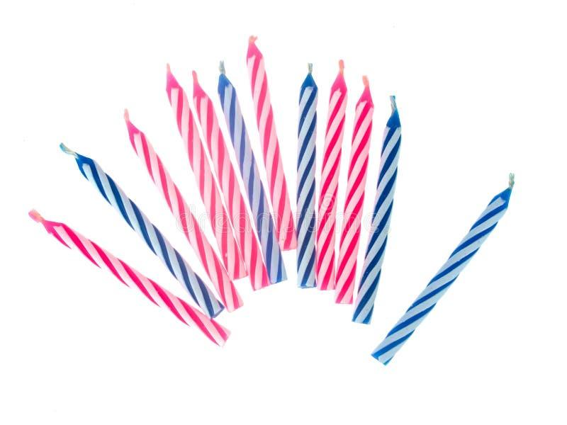 生日蛋糕在白色、桃红色和蓝色隔绝的小蜡烛 库存照片