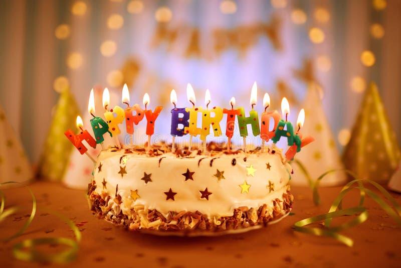生日蛋糕对光检查愉快 免版税库存照片