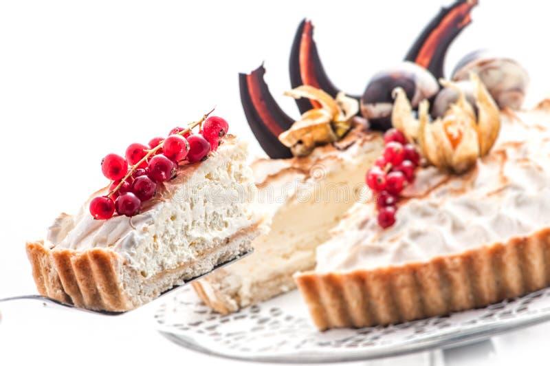 生日蛋糕用红浆果和巧克力装饰,奶油色蛋糕,法式蛋糕铺,商店的,甜点心摄影片断  库存照片