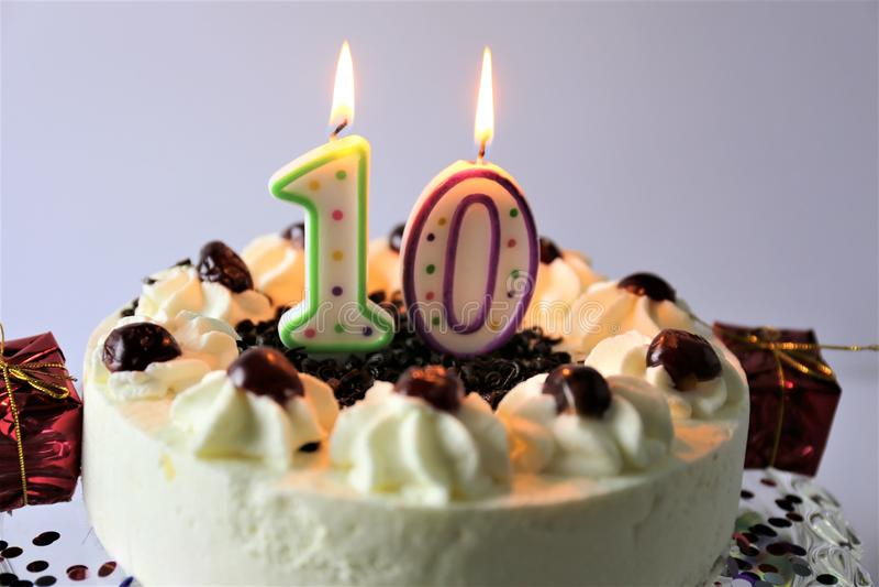 生日蛋糕的概念图象与蜡烛- 10的 免版税库存照片