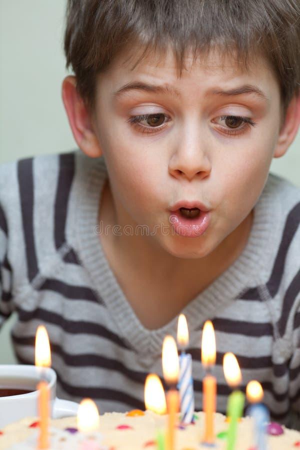 生日蛋糕的逗人喜爱的男孩 免版税库存图片