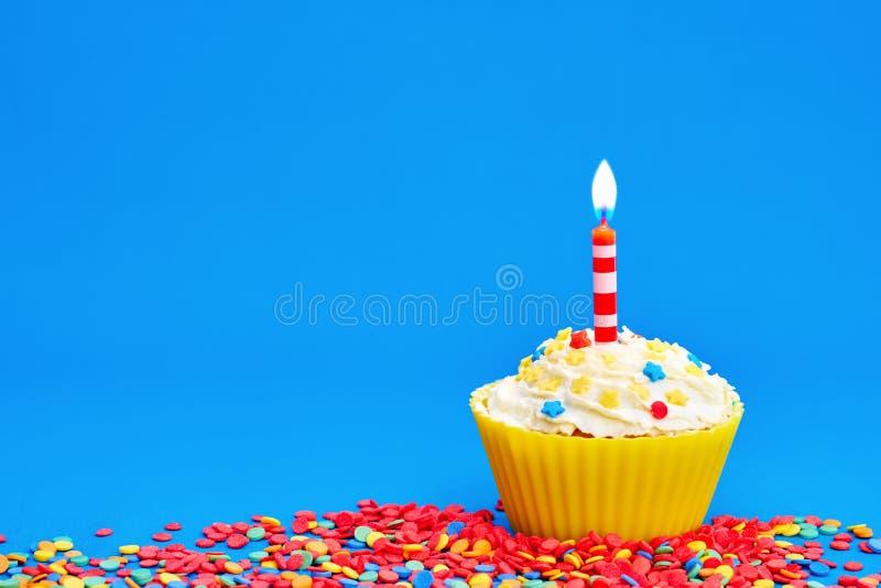 生日贺卡愉快杯形蛋糕的问候 免版税库存照片