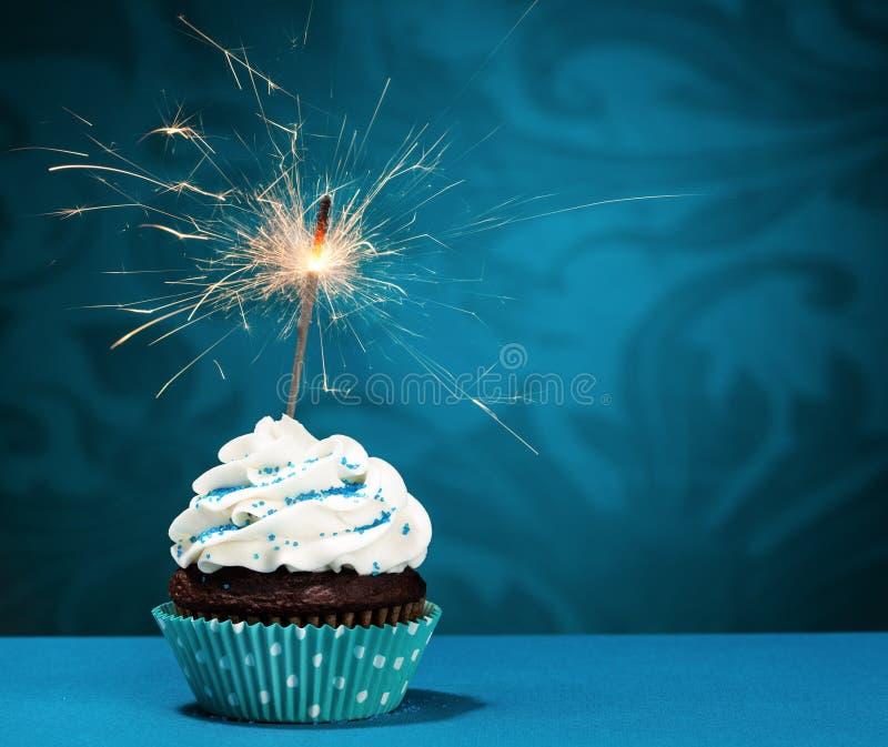 生日闪烁发光物杯形蛋糕 库存照片