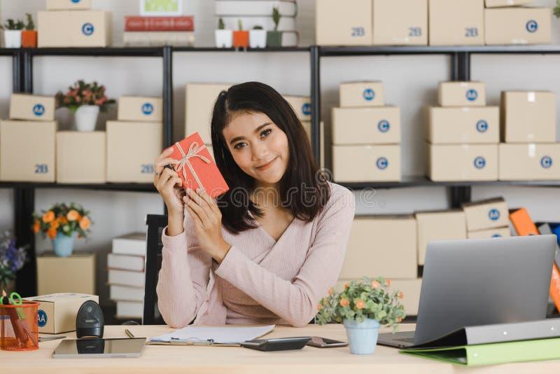 生日题材的亚裔夫人 免版税库存照片