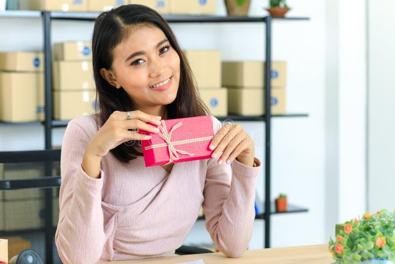 生日题材的亚裔夫人 免版税库存图片