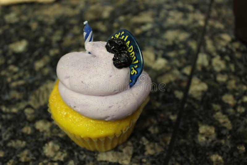 生日贺卡愉快杯形蛋糕的问候 库存图片