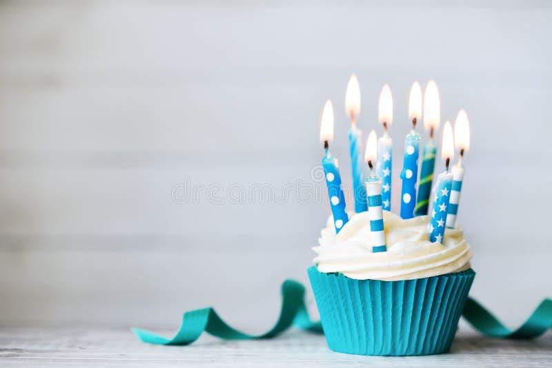 生日贺卡愉快杯形蛋糕的问候 免版税图库摄影