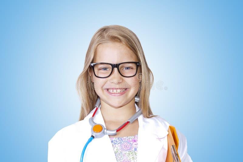 医生服装的女孩  免版税库存图片