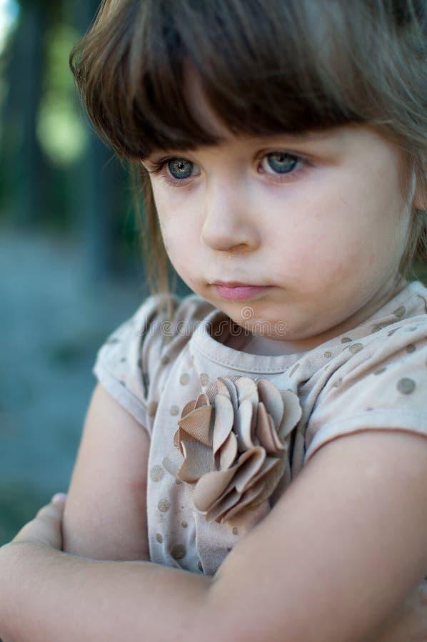 生气与横渡的胳膊的沮丧的幼儿 免版税图库摄影