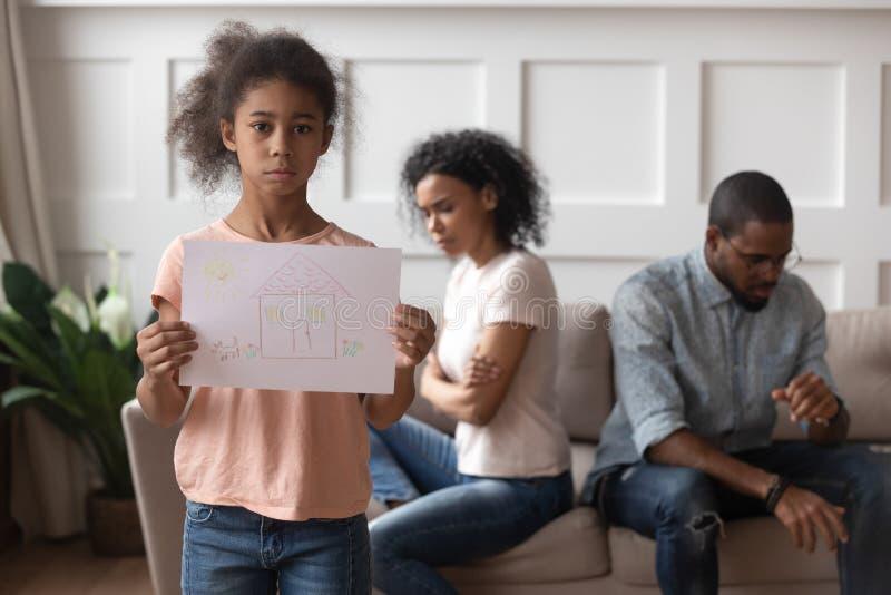 生气担心的非洲孩子女孩藏品家庭图片,画象 免版税库存照片