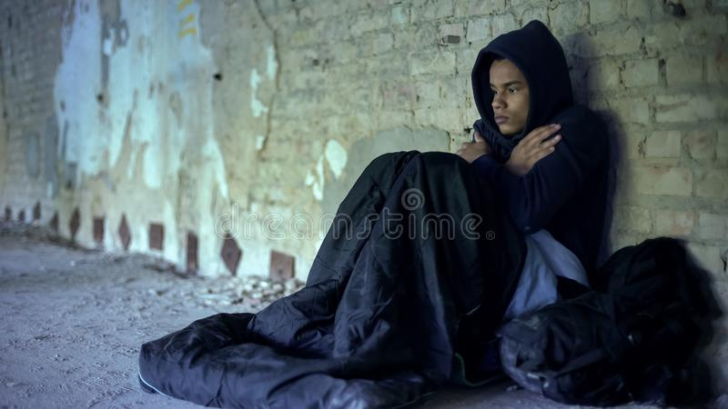生气无家可归者少年佩带的有冠乌鸦,感到冷,冷漠和贫穷 库存照片