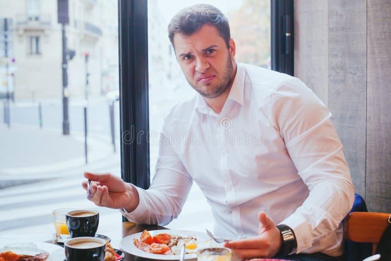 生气的恼怒的不快乐的顾客在餐馆 免版税库存照片